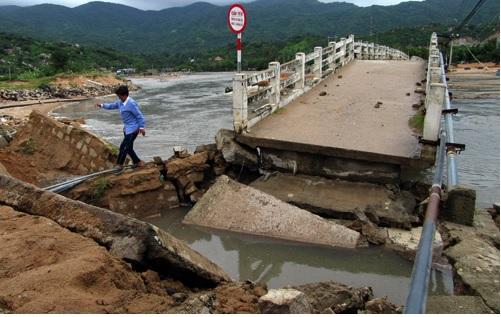 Nhịp dài 7 m của cầu Vĩnh Hy, Ninh Thuận bị cuốn sập. Ảnh: An Phước - vnexpress.net