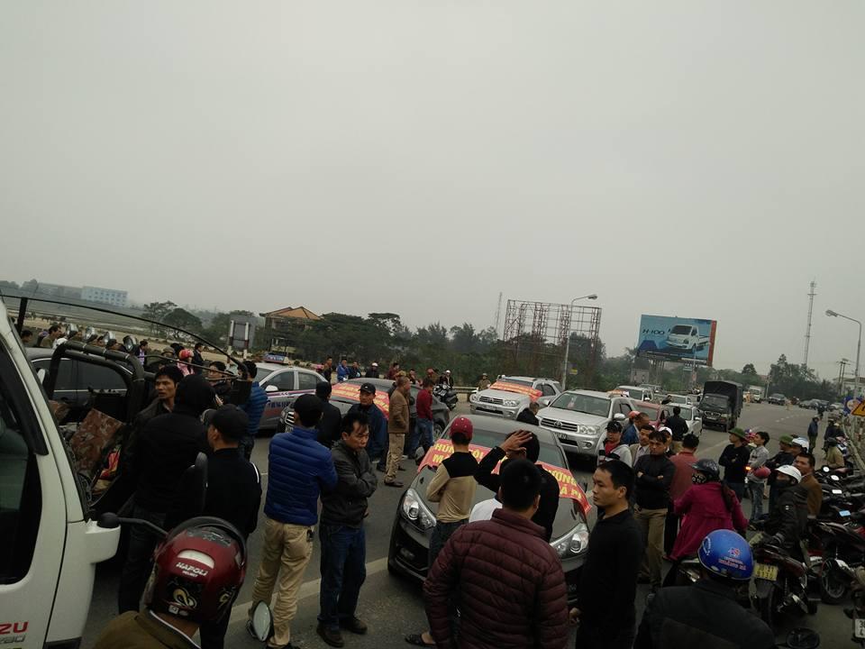 Sự việc khiến giao thông bị ách tắc trong nửa giờ. (Ảnh: FB Đức Cầu Bùng)