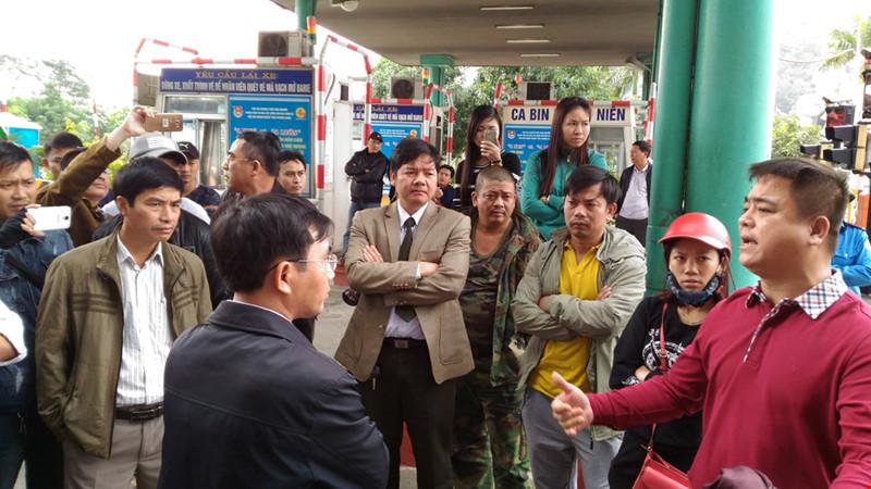 Trong 4 ngày liên tiếp, người dân mang ô tô lên cầu Bến Thuỷ 1 để phản đối việc thu phí BOT. (Ảnh: plo.vn)