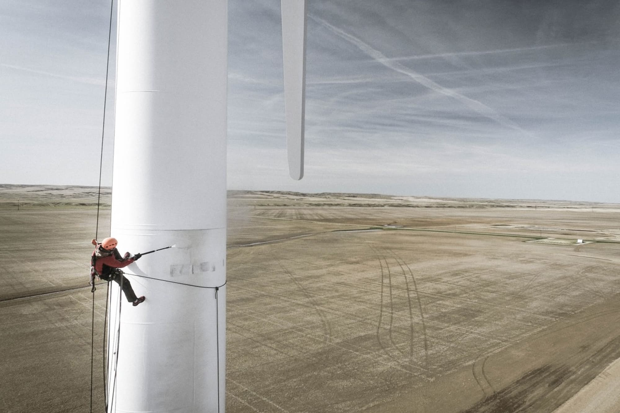 Ảnh chụp một công nhân bảo dưỡng turbin gió ở Bắc Alberta, Canana. Ảnh chụp bằng DJI Phantom 3 (Ảnh: Aero Retina Optics)