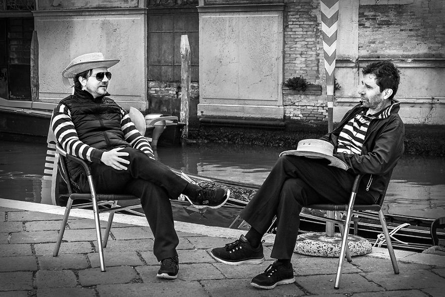 gondoliers-relaxing-venice-version-2-57dfc632e3b8a__880