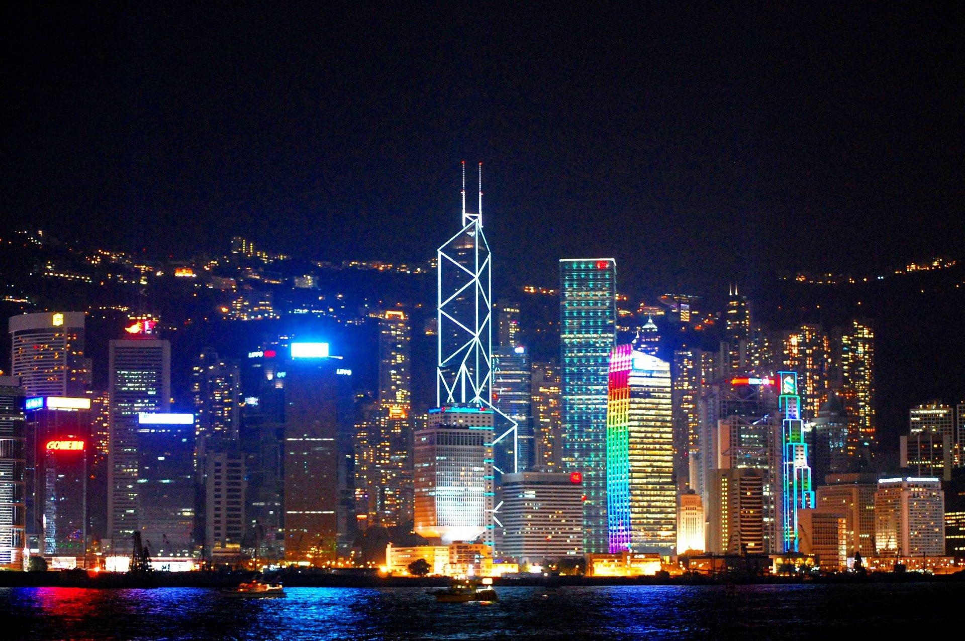 """Hồng Kông là nơi tập trung đông đảo thương nhân giàu có và minh tinh màn bạc, vì thế Chính hiệp trở thành Mặt trận thống nhất của phái Giang nhiều năm qua, là """"công cụ chính trị"""" để lợi dụng và mua bán, vô số gian thương vì muốn có thêm địa vị chính trị đã không tiếc tiền của mua """"hàm tước"""" Chính hiệp."""