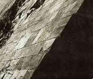 Bề mặt đá được đánh bóng, bao phủ ngoài kim tự tháp Dashu