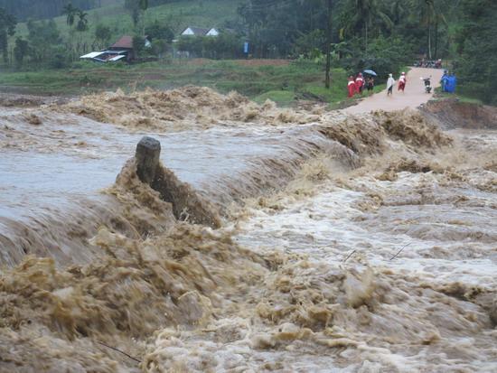 Cầu tràn Gò Dũng, ở thôn T2, xã Bok Tới (huyện Hoài Ân, tỉnh Bình Định) bị ngập sâu, nước lũ chảy xiết gây xói lở cả 2 đường dẫn cầu, khiến 4 thôn trong xã bị cắt đứt giao thông. (Ảnh: baobinhdinh.com)