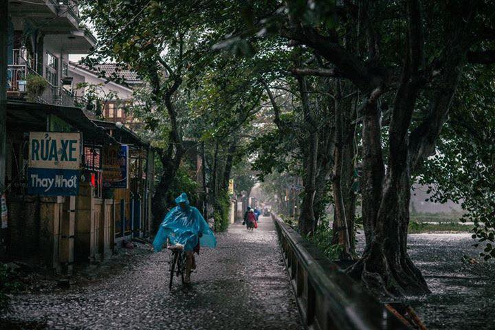 Mưa lớn tại Huế chiều nay, 15/12. Một người dân cho biết, Huế đã mưa liên tục 15 ngày nay. (Ảnh: Ngô Quang Thủy)