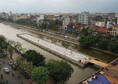 Modul sân khấu biểu diễn nhạc nước nằm choán hết 1/3 lòng hồ ở vị trí trung tâm. (Ảnh: baohaiphong.com.vn)