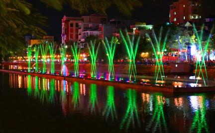 Công trình gần 200 tỷ đồng được cho là chỉ hơn đài phun nước trước cửa nhà hát lớn ở chỗ có thêm tiếng nhạc phát ra từ mấy cái loa thùng. (Ảnh: baohaiphong.com.vn)