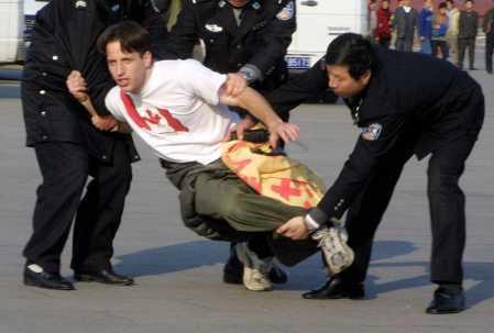 Hiện trường cảnh sát bao vây người tu Pháp Luân Công Tây phương thỉnh nguyện ôn hòa (Ảnh: mạng Minh Huệ).