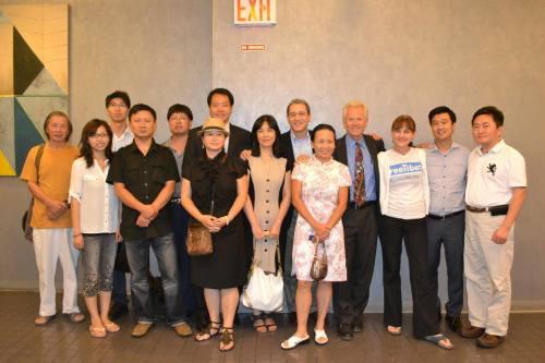 """Đường Bách Kiều được mời phát biểu diễn thuyết về cuốn """"Chết trong tay Trung Quốc"""" tại New York, sau đó chụp ảnh chung cùng mọi người. Từ phải sang, người đứng thứ tư là giáo sư giáo sư Peter Navarro, người thứ 7 từ trái sang là Đường Bách Kiều (Ảnh: Đường Bách Kiều)."""