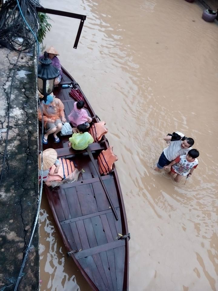 Mực nước dâng cao khoảng 0,3-0,4 m. KTTVTW cảnh báo trong chiều và tối nay, từ Quảng Nam tới Phú Yên, lũ có khả năng trở lớn, kéo dài, gây ngập lụt sâu trên diện rộng. (Ảnh: FB Thanhtuyen Truong)