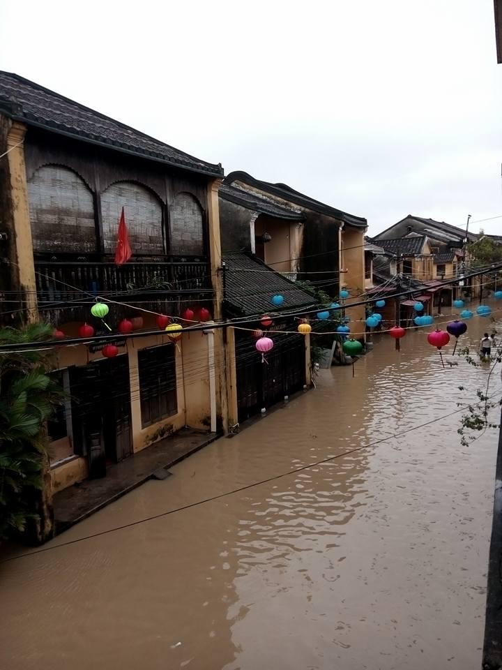 Được biết, trong hai ngày 13 và 14/12, mực nước các sông đột ngột dâng cao là do mưa lớn và 5 nhà máy thủy điện đồng thời xả lũ nên khiến vùng hạ du bị ngập nặng. (Ảnh: FB Thanhtuyen Truong)