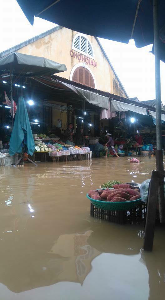 Nước sông đã lấn sâu vào khu vực chợ Hội An, gây ngập trên đường Tiểu La. (Ảnh: FB Minh Tan Phat)