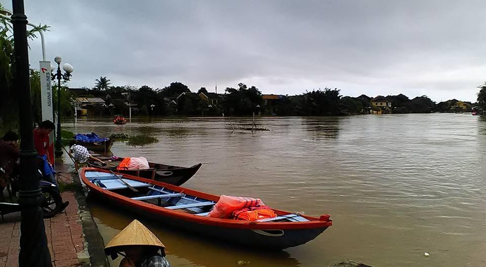 Đêm qua, sáng sớm nay (15/12), mực nước trên sông Thu Bồn tại Giao Thủy là 7,74m, trên BĐ2 0,24m. Dự báo trong 6-12 giờ tới, lũ tại hạ lưu sông Thu Bồn tiếp tục lên. (Ảnh: FB Pham Ngoc Nhan)