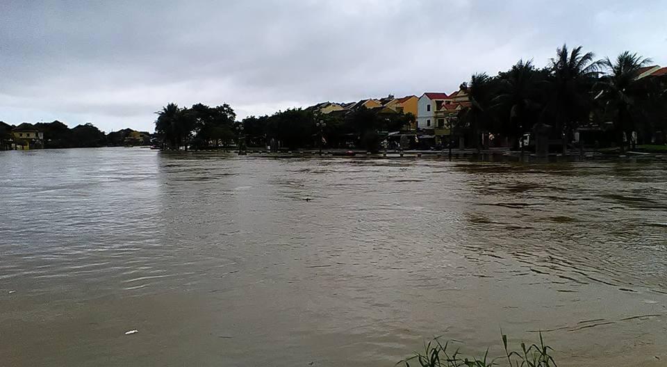Nước ở hạ lưu sông Thu Bồn dâng cao, dồn lưu lượng sang sông Hoài, khiến phố cổ Hội An ngập sâu. (FB Pham Ngoc Nhan)