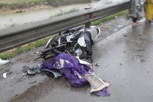 Một vụ tai nạn giao thông xảy ra ngày 15/2/2016, trên QL1A đoạn cầu Giằng, thuộc địa phận xã Xuân Hồng, huyện Nghi Xuân (Hà Tĩnh). Vụ việc khiến 3 người bị thương nặng. (Ảnh dẫn qua atgt.vn)