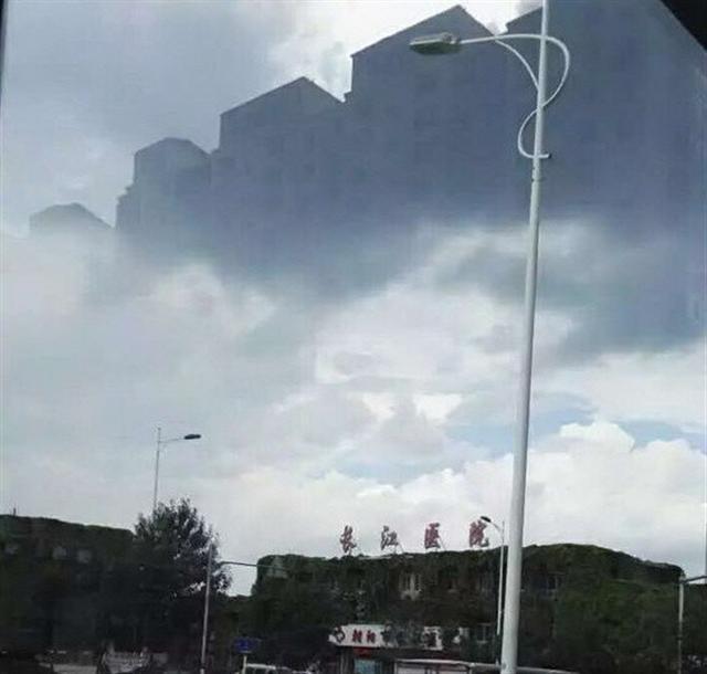 Ảo ảnh những tòa lầu xuất hiện ngay phía trên bệnh viện Trường Giang thuộc đô thị Triều Dương, tỉnh Liêu Ninh (Ảnh chụp từ Youtube).