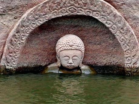 Pho tượng Phật có niên đại 600 năm lịch sử được phát hiện tại một hồ nước ở Giang Tây Trung Quốc.