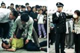 Cảnh sát bắt giữ những người tập Pháp Luân Công nói rõ sự thật tại quảng trường Thiên An Môn. (Ảnh: Minh Huệ)