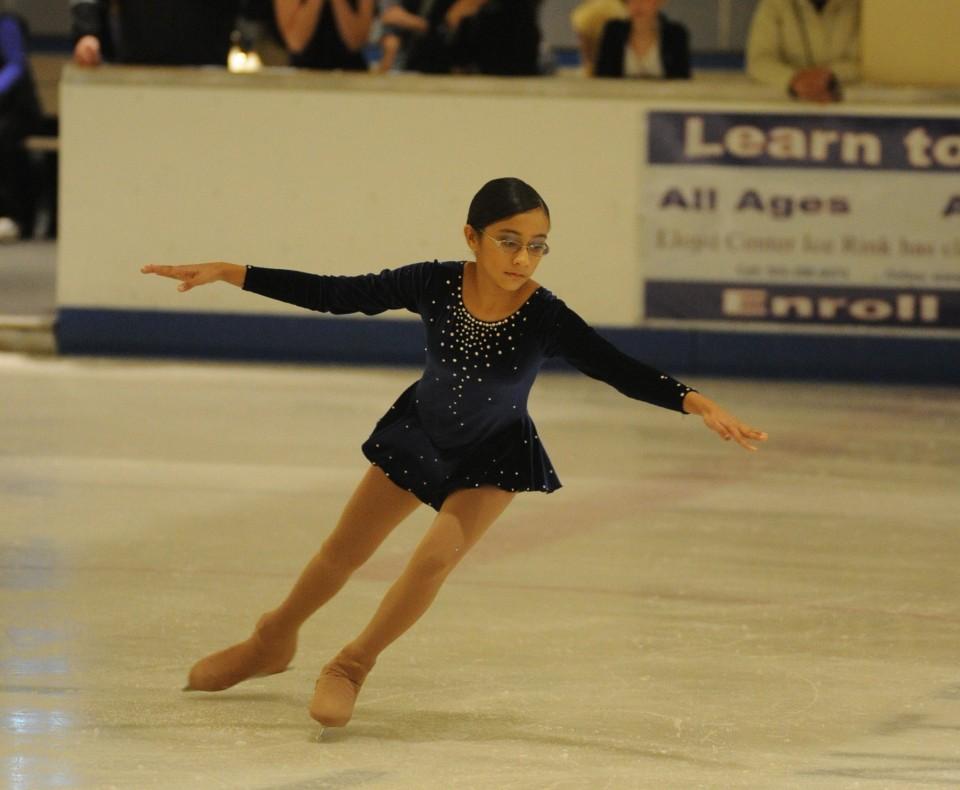 Không chỉ giỏi các môn khoa học, cô bé còn tham gia trượt băng nghệ thuật (ảnh do gia đình Naiknaware cung cấp)