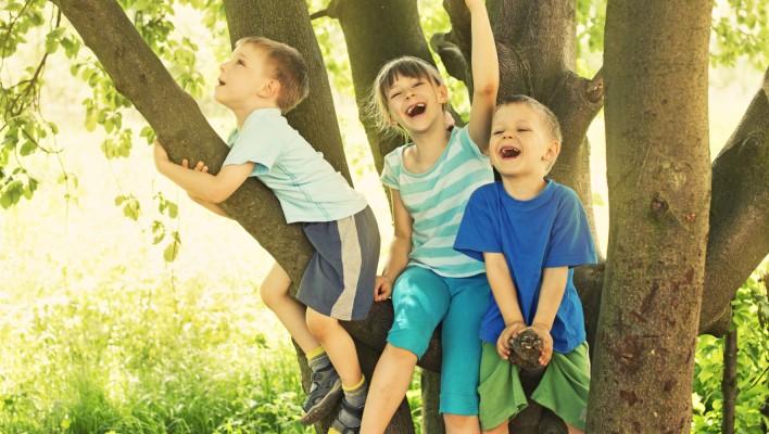 Trẻ con hay đùa nghịch thường có sức sáng tạo cao. (Ảnh:Parenting with Understanding)
