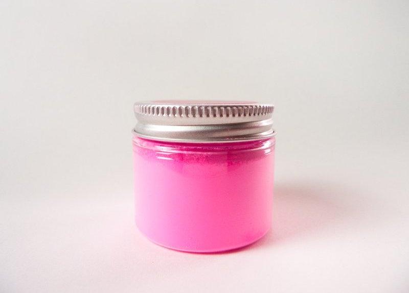 """Một hũ bột màu hồng """"hồng nhất thế giới"""" (ảnh: Stuart Semple)"""