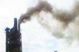 Nhà máy xi măng Vạn Ninh xả khói bụi đen kịt lên bầu trời, tháng 6/2013. (Ảnh: baoquangbinh.vn)
