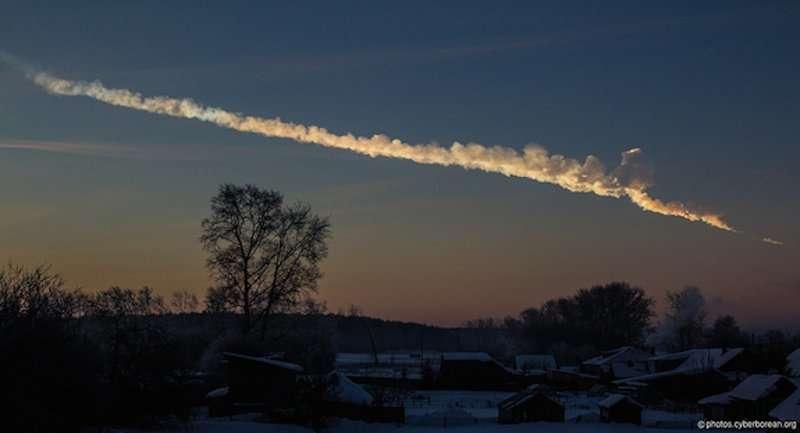 Vệt khói còn lại sau khi một thiên thạch nổ ở Chelyabinsk, Nga vào ngày 15/2/2013 (ảnh: Flickr/Alex Alishevskikh)