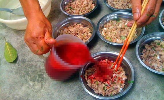 Ăn tiết canh là một trong những nguyên nhân gây nhiễm liên cầu khuẩn lợn, với triệu chứng bị ban hoại tử, sốt cao... (Ảnh dẫn qua suckhoedoisong.vn)