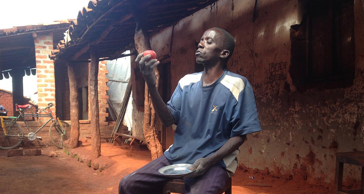 Vital Nduwimana – nông dân châu Phi tìm ra cách bảo quản cà chua chín cây được tới 5-6 tháng. (Ảnh qua: Barza Wire)