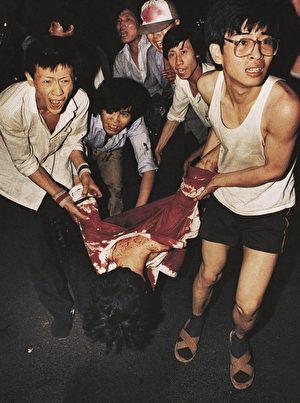 Sinh viên đưa bạn đi cấp cứu vì bị bộ đội bắn giết vào sáng ngày 4/6/1989.