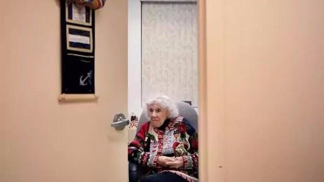 Nữ y tá 97 tuổi của Mỹ hiện vẫn đang công tác ở vị trí y tá trong lĩnh vực chăm sóc sức khỏe công cộng ở quận Emerson, New Jersey, Mỹ. (Ảnh: Michael Karas/Northjersey.com)