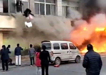 Nhảy thoát khỏi đám cháy từ cửa sổ