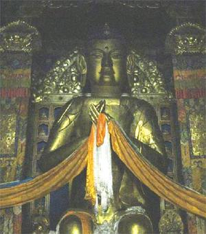 Tượng Phật Di Lặc mạ vàng tư thế nửa ngồi nửa đứng, hai tay Phật đặt trước ngực. (Ảnh: Internet)