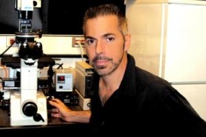 Tiến sĩ Robert Lanza, nổi tiếng với nghiên cứu tế bào gốc, tin rằng sinh học sẽ trở nên quan trọng hơn vật lý khi con người tìm hiểu về vũ trụ. (ảnh: Robert Lanza / CC BY-SA 3.0)