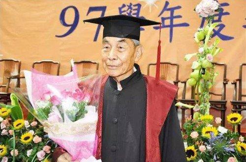 Ông Triệu trong buổi lễ tốt nghiệp đại học ở tuổi 93, ông lão đài loan