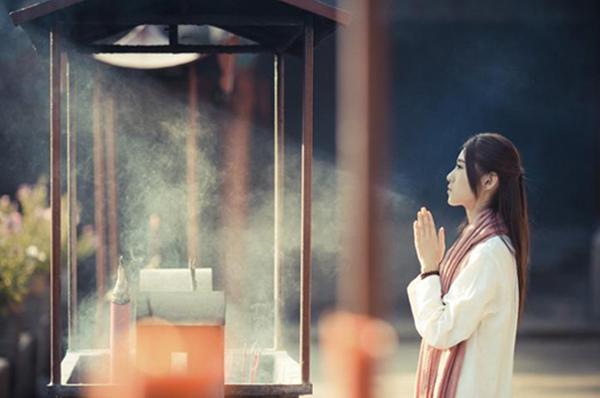 """Hàm nghĩa thực sự của """"cầu Thần bái Phật"""" là gì?"""