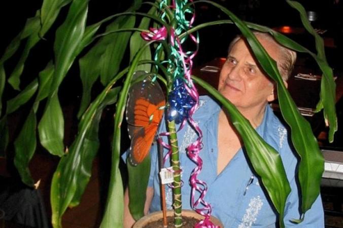 Cánh cửa tới Tri giác Nguyên sinh: Cleve Backster bắt đầu thí nghiệm của mình với thực vật thuộc Chi Huyết Giác (Dracaena)