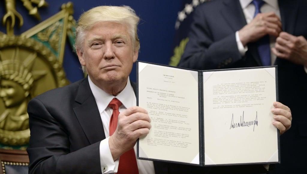 Ngày 27/01, Tổng thống Mỹ Donald Trump đã ký sắc lệnh tạm hoãn nhập cư từ 7 nước Hồi giáo. (Ảnh: chụp màn hình)
