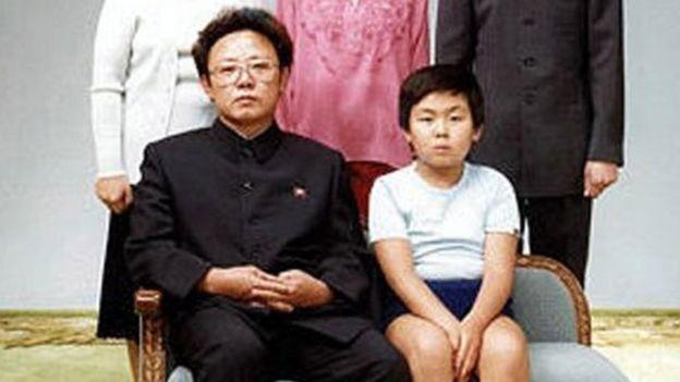 Cố lãnh tụ Bắc Hàn Kim Jong Il và con trai trưởng Kim Jong Nam trong bức ảnh gia đình chụp năm 1981 (nguồn: getty)