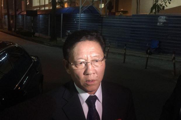 Đại sứ Bắc Hàn Kang Chol, phát biểu trước bệnh viện ở Malaysia, nơi giữ thi thể Kim Jong Nam