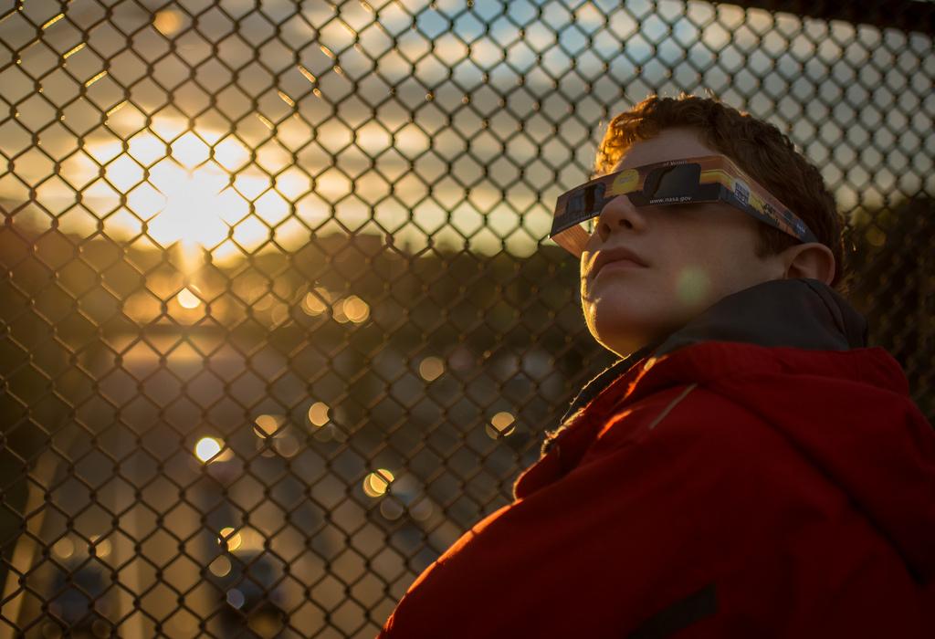 Hãy nhớ đeo kính bảo hộ khi xem hiện tượng nhật thực (ảnh: NASA/Bill Ingalls)