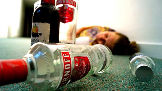 Rượu thật chỉ khiến người uống say xỉn, gây chết người chủ yếu là rượu cồn công nghiệp methanol (Ảnh chụp/ Youtube)