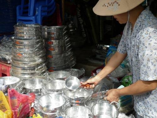 Dụng cụ nhà bếp bằng nhốm tái chế được bày bán khắp nơi (Ảnh: Internet)