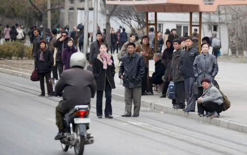 Phần lớn người dân Triều Tiên đều mặc đồng phục với những màu sắc chính là xám, đen và xanh da trời.