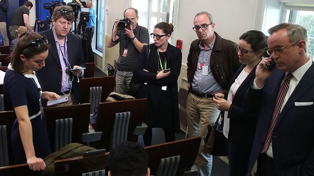 Nhiều phóng viên không được vào phòng họp báo của Thư ký Nhà Trắng Sean Spicer hôm 24/2 (Ảnh: Wilson/Getty Images)