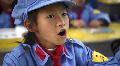 Trường tiểu học Hồng quân tại Quý Châu yêu cầu học sinh hàng ngày mang đồng phục Hồng quân, tiếp thu giáo dục tuyên truyền tẩy não.