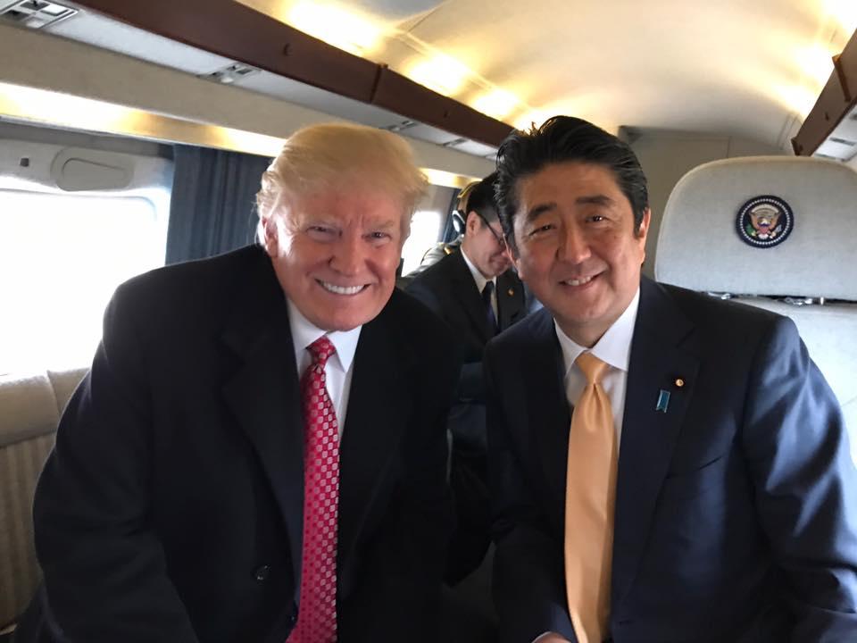 Tổng thống Mỹ Donald Trump và Thủ tướng Nhật Shinzo Abe trên chiếc Air Force One hôm 10/2 (Ảnh: Facebook Donald J. Trump)