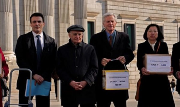 Từ phải qua trái: Luật sư Carlos Iglesias đại diện của DAFOH, luật sư nhân quyền Canada David Matas, nhà điều tra độc lập David Kilgour và nạn nhân Chris Zhao cùng nhau đến Madrid Tây Ban Nha ngày 20/2/2017 (Ảnh: Epoch Times)