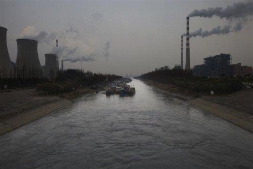 Cảnh sông Trường Giang bị ô nhiễm. Một làng chài tại đây trở thành làng ung thư.