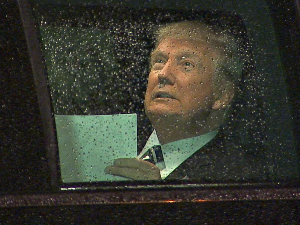 Tổng thống Mỹ Donald Trump nhẩm lại bài phát biểu trên xe ô tô trước khi phát biểu tại Quốc Hội 28/2